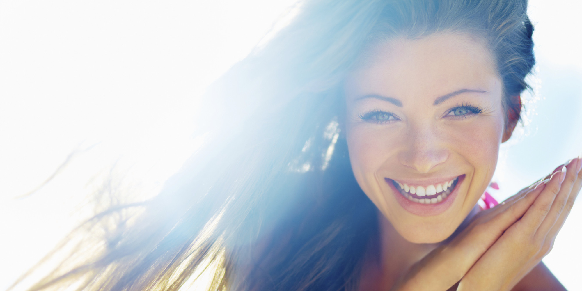 chica sonriendo feliz