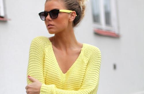 chica suéter amarillo lentes oscuros