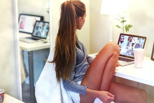chica viendo instagram en la computadora