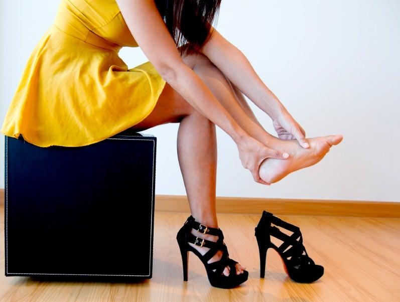 chica vestido amarillo tacones negros