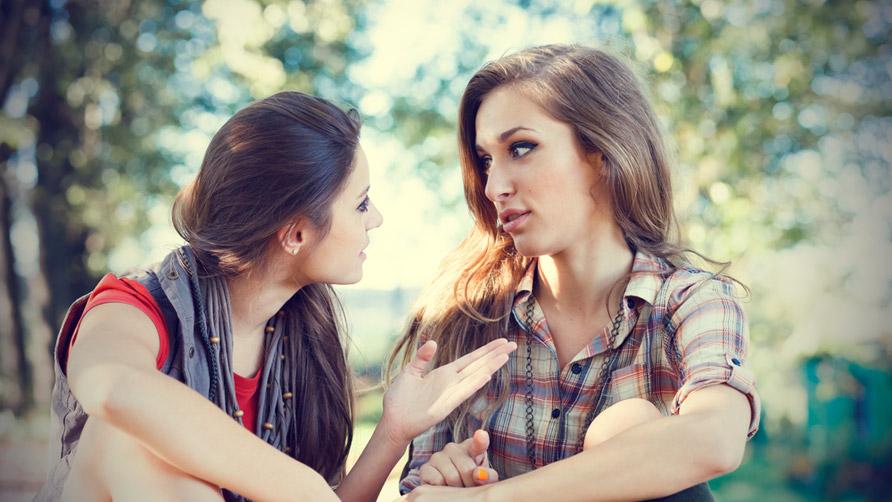 chicas dialogando