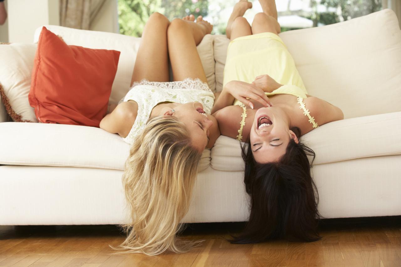 chicas riendo sobre el sillón