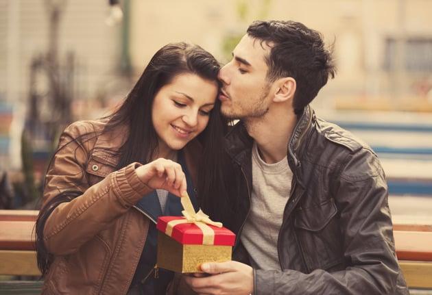 chico recibiendo obsequio de su novio