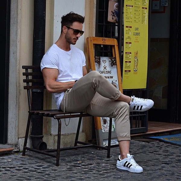 chico sentado solo en una banca