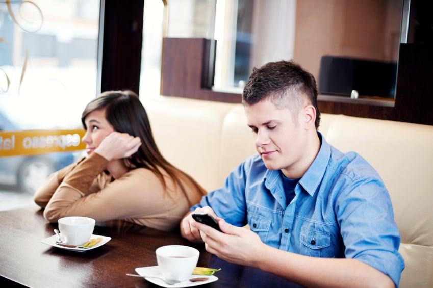 cita el chico está muy ocupado con el celular