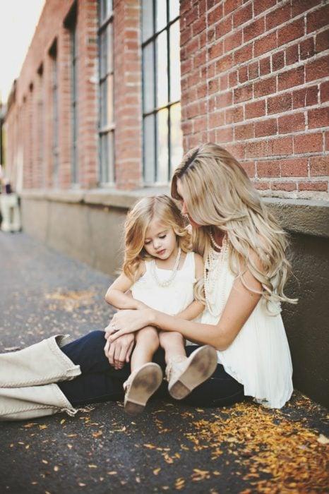 Madre conversando junto a su hija