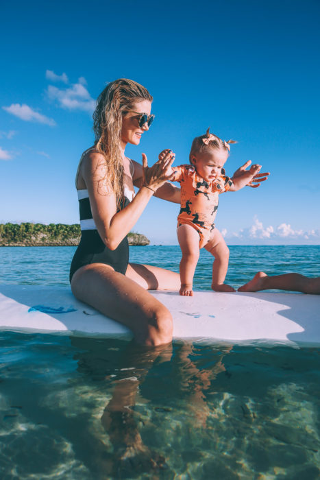 Madre e hija practicando surf