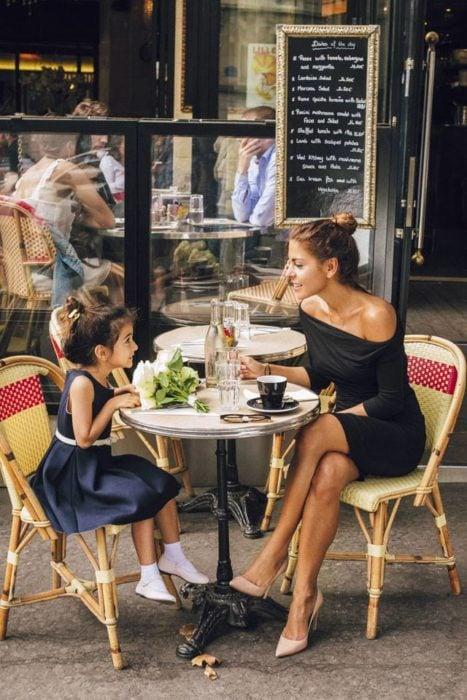 Madre e hija conversando en una cafetería