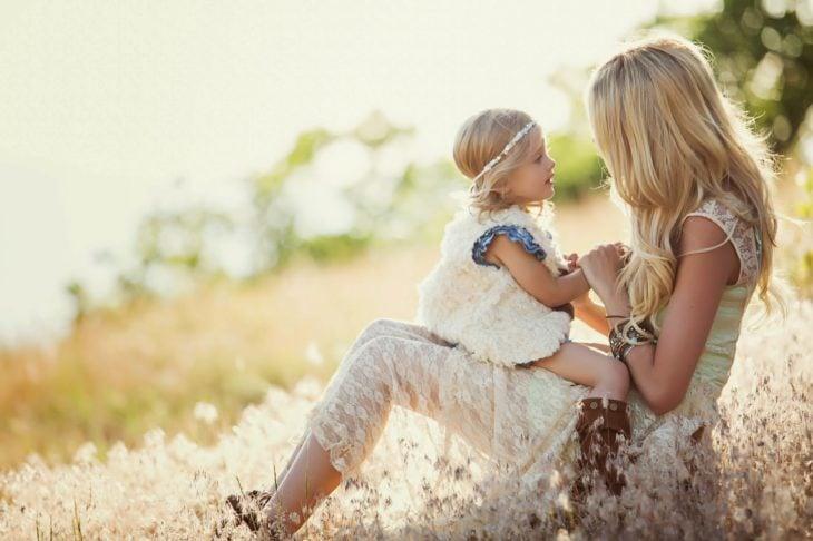 Madre e hija hablando mientra sestán sentadas