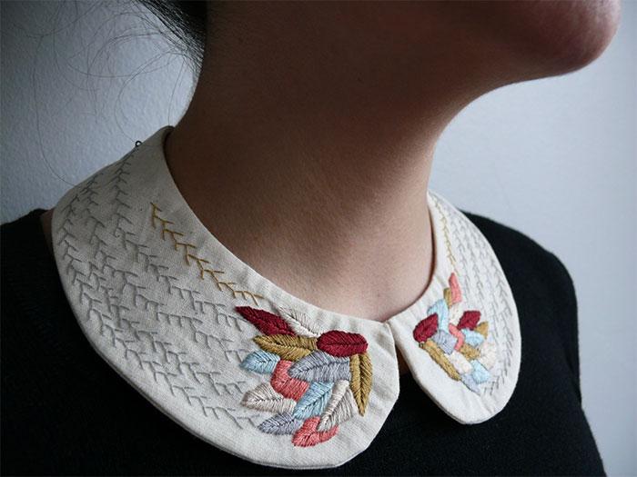 mujer con cuello bordado