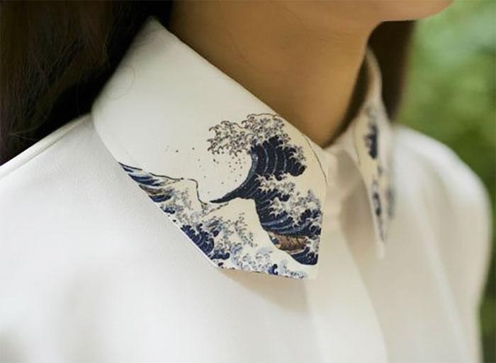 mujer con cuello de pintura de olas