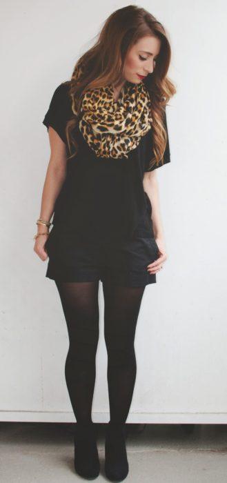 mujer con short negro y bufanda de leopardo