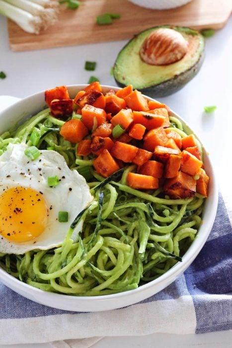 desayuno de fideos zanahoria y huevo