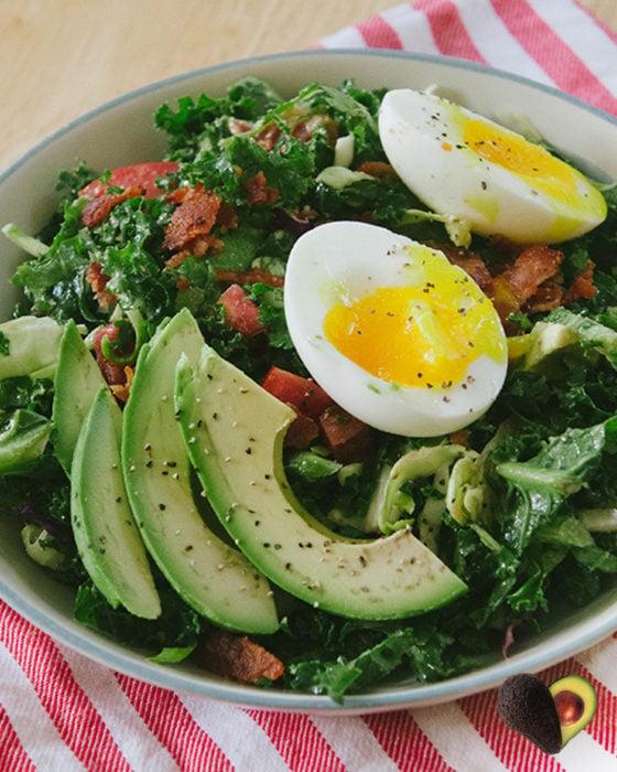 ensalda verde con aguacate y huevo