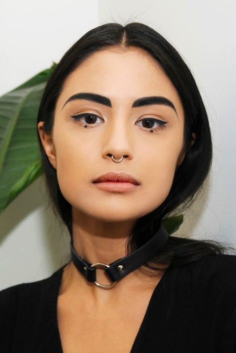 Chica con un delineado dot eyeliner