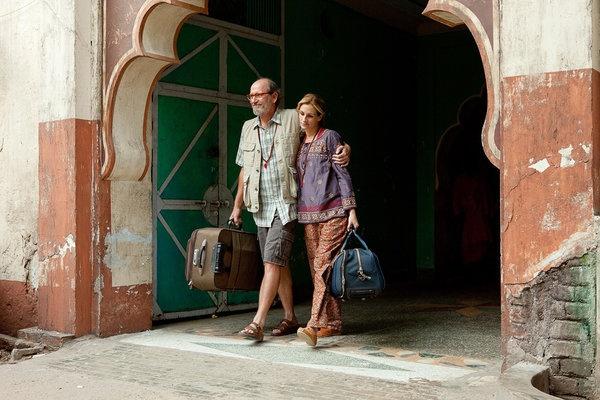 eat pray love julia caminando con amigo por la india
