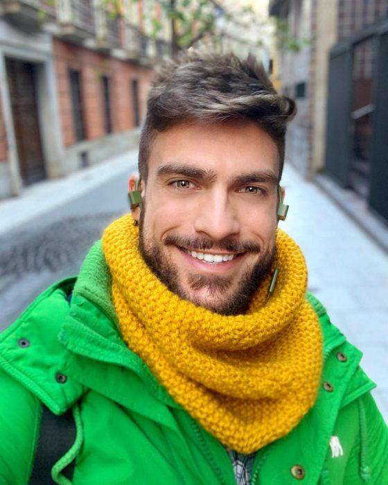 chico usando bufanda