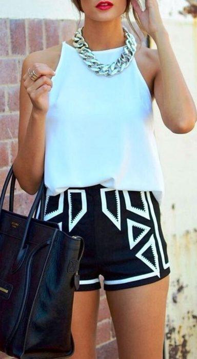 mujer con short de diseños negros