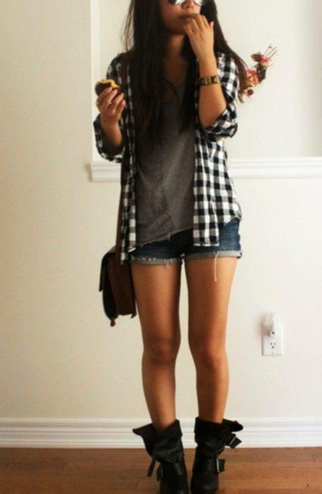 mujer con camisa de leñador