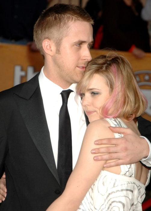 hombre rubio abrazando a chica rubia