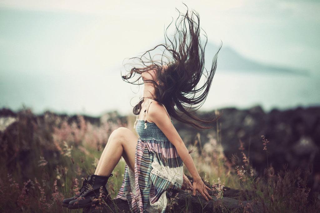 chica con el cabello suelto