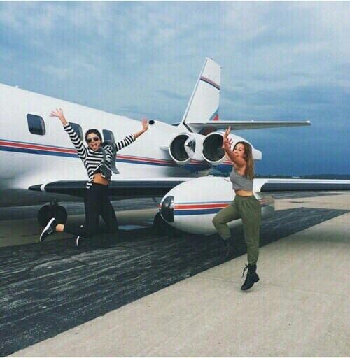 hermanas en el aeropuerto