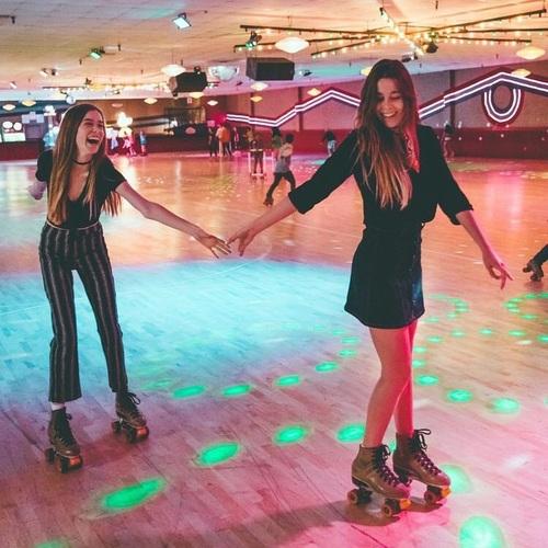 hermanas patinando sobre ruedas