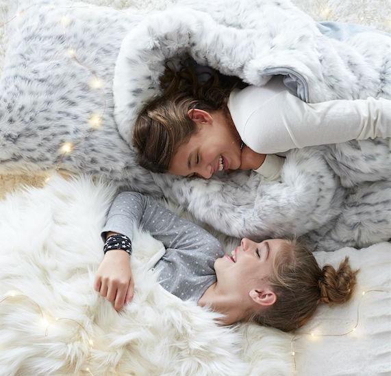 hermanas vestidas de blanco acostadas
