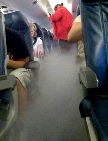 humo en el avión todos asustados