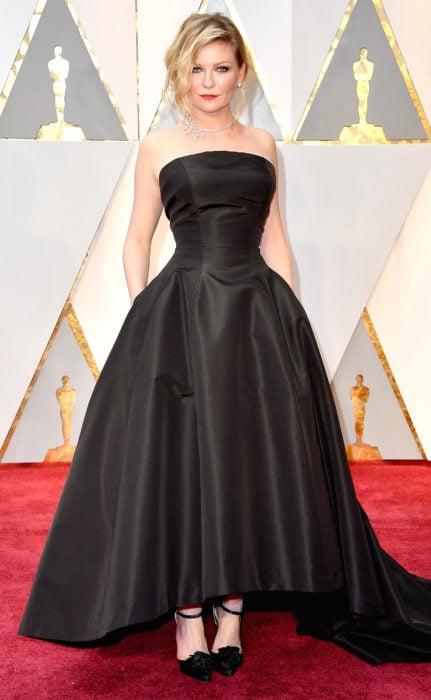 mujer rubia con vestido negro
