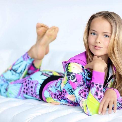 Krisitna pimenova modelando ropa deportiva