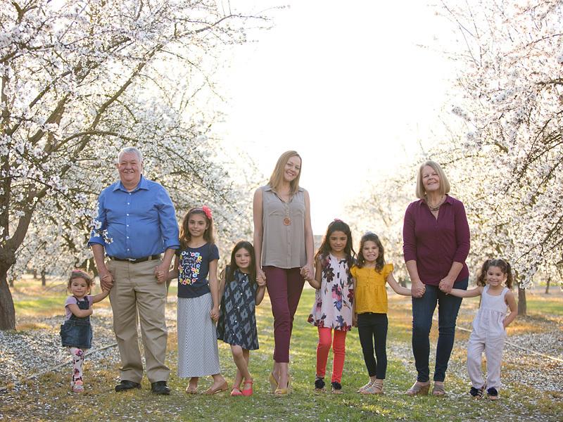 Lacey Dunkin y su familia conviviendo en el parque