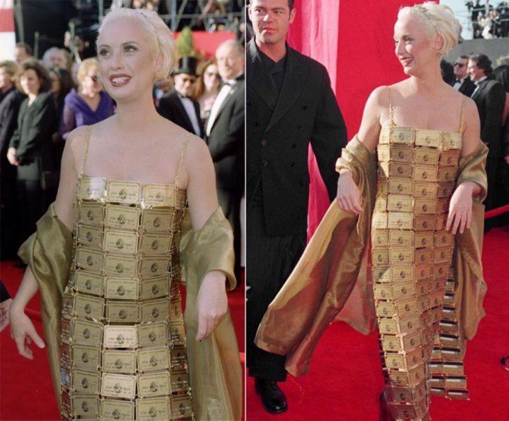 mujer con vestido de color oro