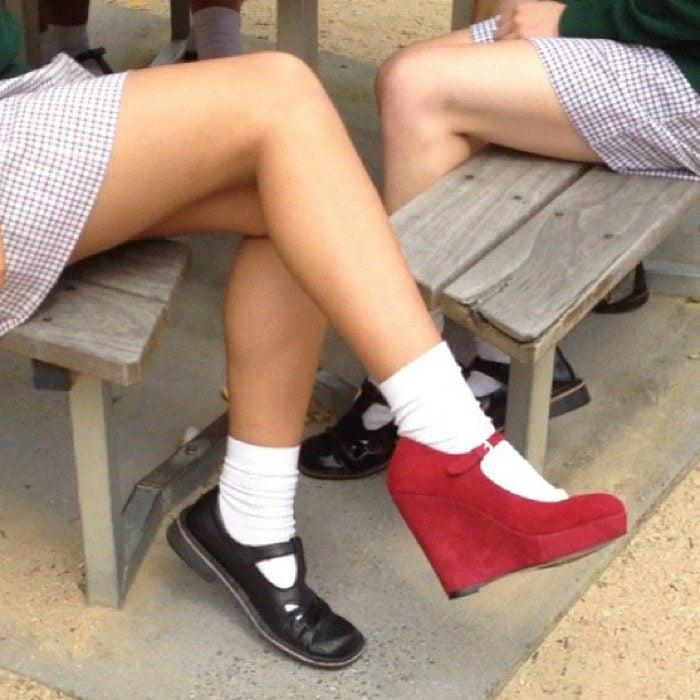 chica con uniforme y tacones