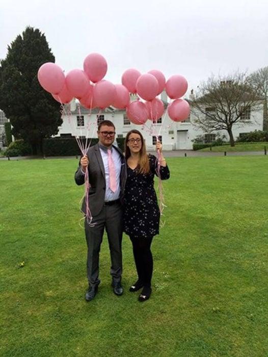 pareja con globos en un jardin