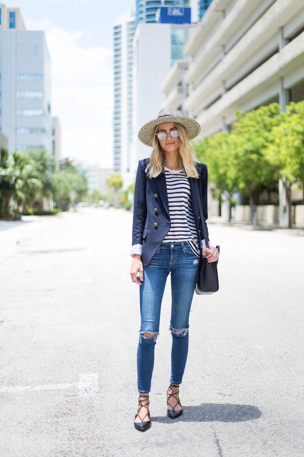moda fin de semana 2017 blusa rayas saco azul pantalón de mezclilla