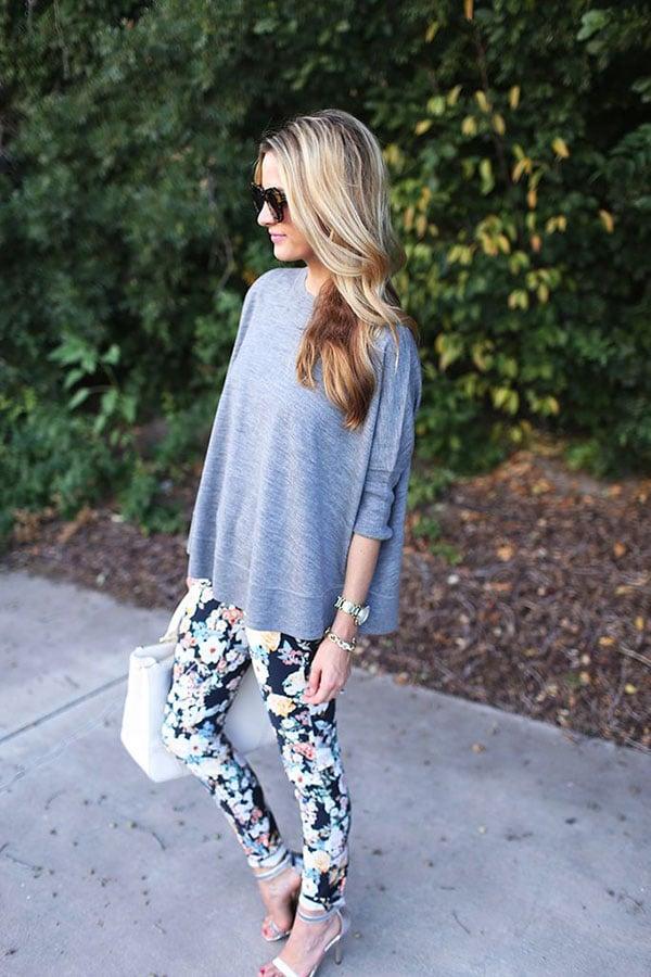 moda fin de semana 2017 chica con pantalón floreado y playera gris