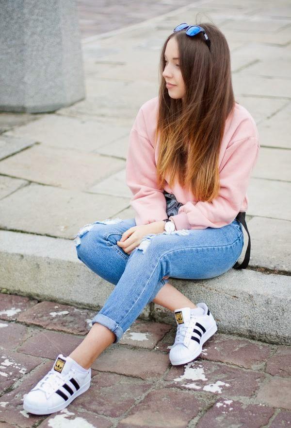 moda fin de semana 2017 chica con blusa rosa y pantalón de mezclilla