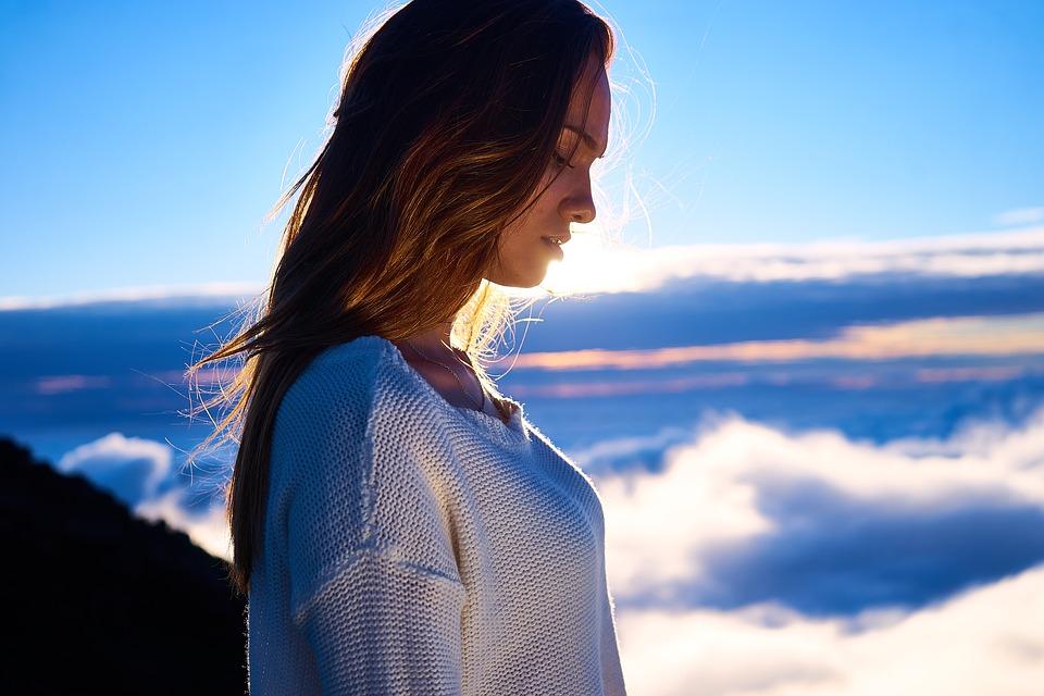 mujer de perfil con nubes