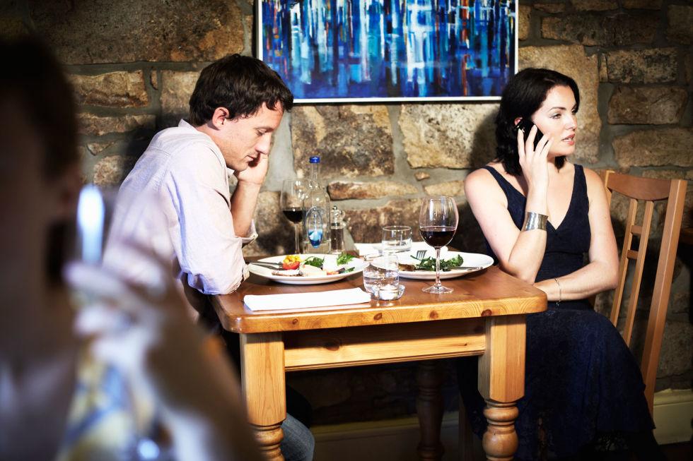 mujer molesta en una cita al teléfono