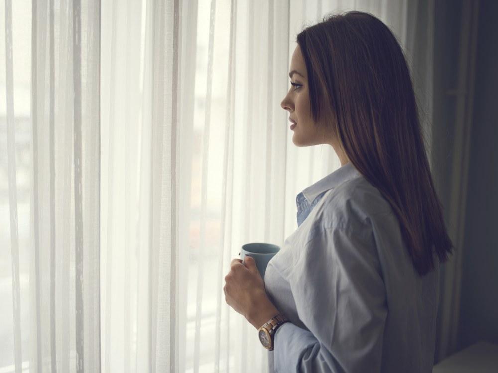 mujer preocupada taza de café