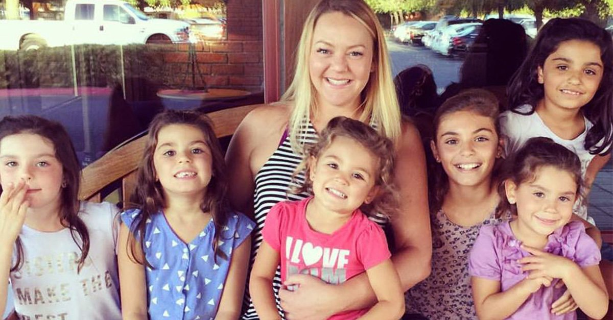 Una mujer soltera decide adoptar a 6 hermanas y ahora son muy felices