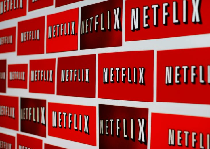 estampas de netflix en la pared