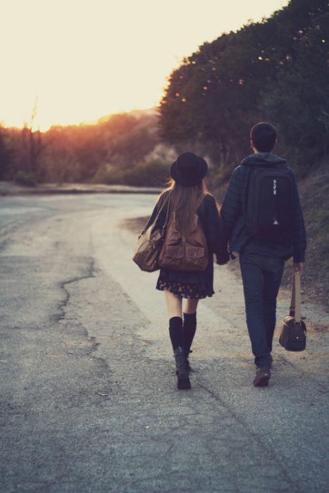 novios caminando tomados de la mano