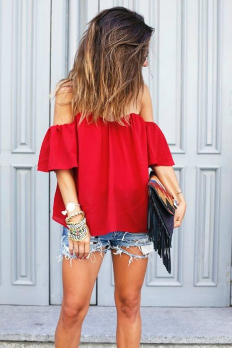 mujer con shorts con blusa roja