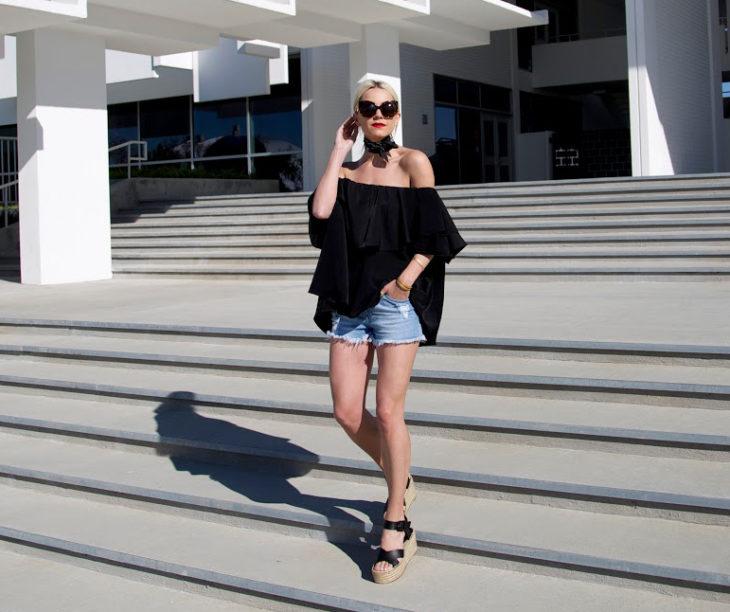 Chica usando una blusa campirana y pantalón de mezclilla