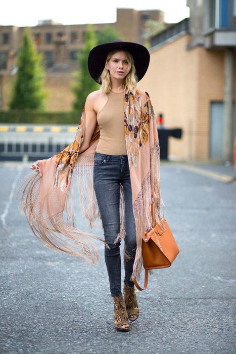 Chica usando un outfit boho