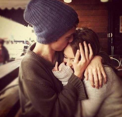 pareja abrazada y beso en la frente