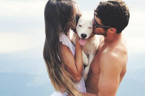 pareja de novios abrazando a un perro