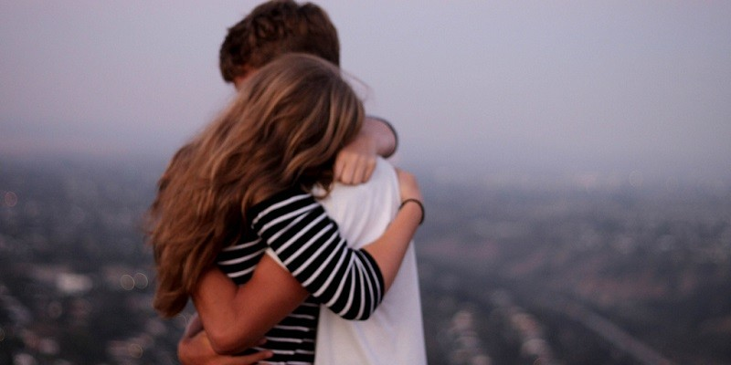 pareja abrazandose en el alba